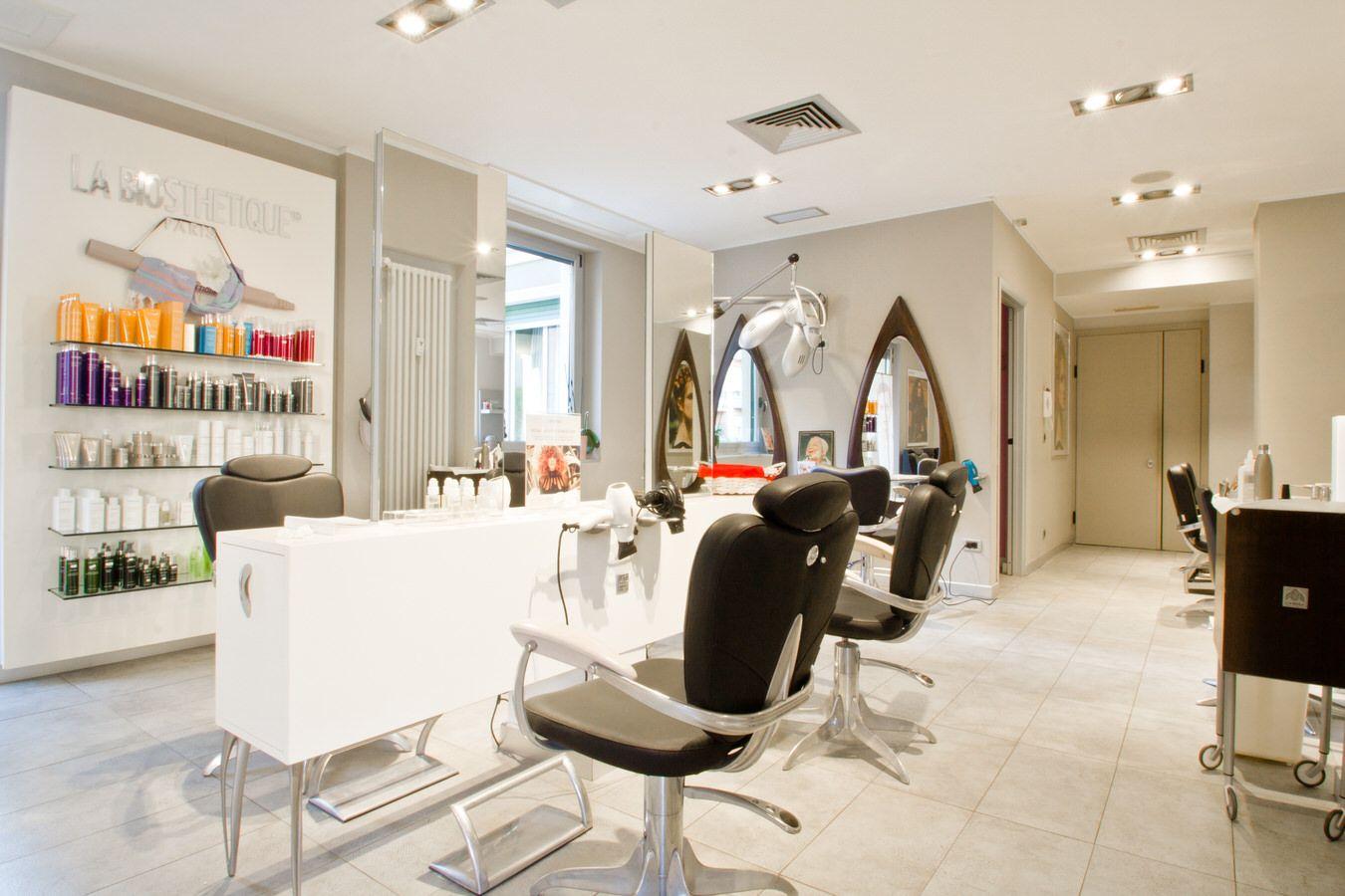 Foto delle postazioni del salone di parrucchieri Nino Manzillo a Genova