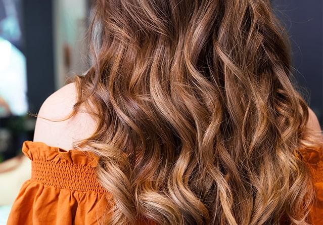 Capelli estate 2020: il colore caramello che illumina i castani